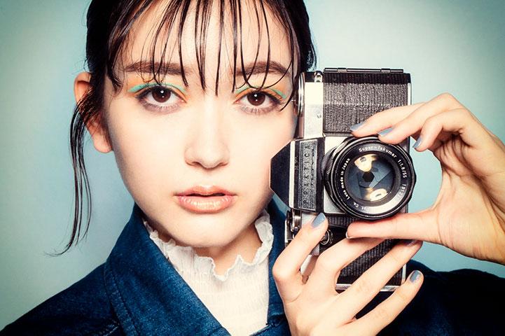 ヘアメイク メイクアップの作品撮り 女性とカメラ